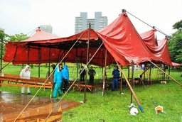 くらし紅テント雨①.JPG