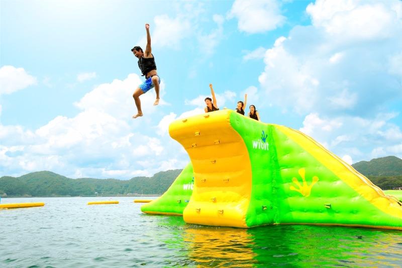 海のアトラクション今年も登場  南伊豆町の中でも最も大きい砂浜の「弓ヶ浜」に、ドイツ製の浮遊具が今年も上陸。海の上に浮いたさまざまな形をした遊具で楽しむ新