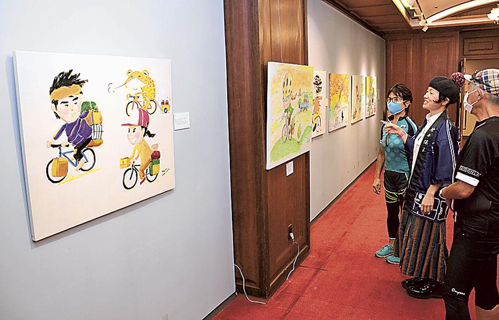 IP211002TAN000034000 O - Exposição de pinturas retrata paisagens do Japão durante viagem de bicicleta; 200 obras podem ser vistas em Omaezaki