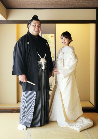 小結高安(左)と夫人で歌手の杜このみさん